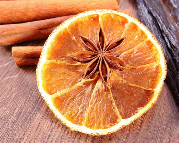 anice stellato vaniglia fragrante cannella ed arancia secca su superficie di legno 62376382 1